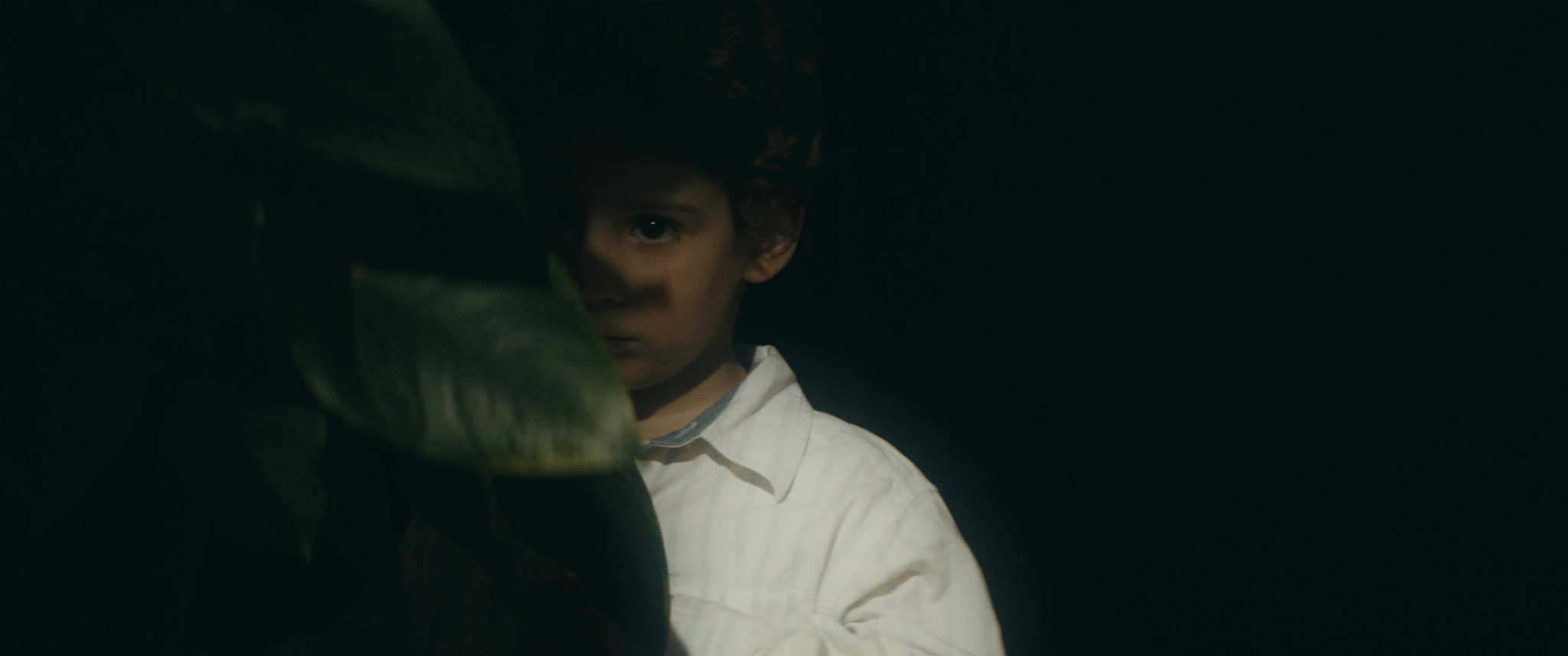 Little Robert (Gabriel Campos Fernandez) observes a quarrel between his parents.