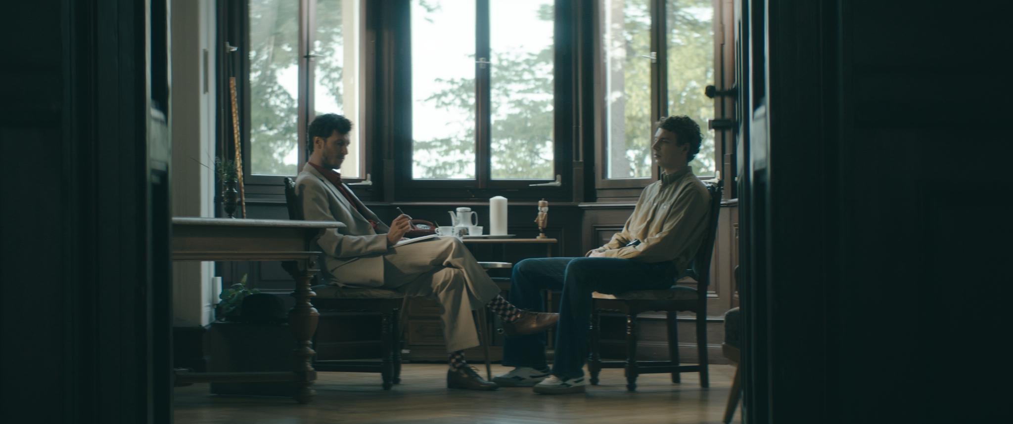 Robert (Danylo Zaczkiewicz) und Dr.Jansen (Ben Moedder) während einer Therapiestunde.