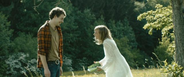 Robert und Lola (Josephine Nahrstedt) werden Freunde.