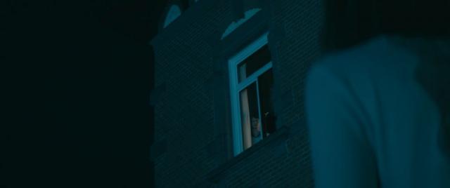 Nachts beobachtet Robert ein Mädchen welches das Klinikgelände heimlich verlässt.