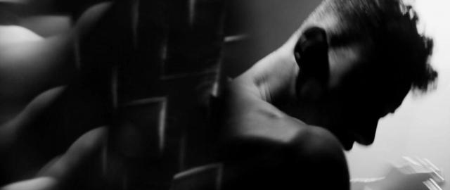 Panisch bewegt sich der Protagonist in der kleinen Eisenwanne in dem dunkeln Keller.